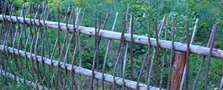 Забор-из-подручных-материалов