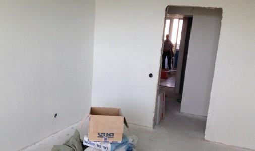 Тщательное выравнивание поверхности стен помещения – залог удачного наклеивания флизелиновых обоев