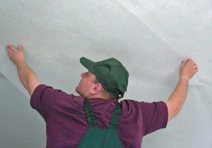 Оклеивание потолка