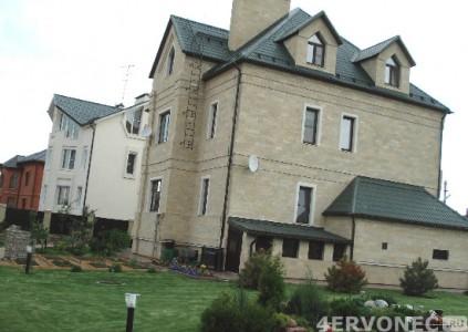 Внешний вид домов с фасадной отделкой натуральным камнем или фасадной штукатуркой