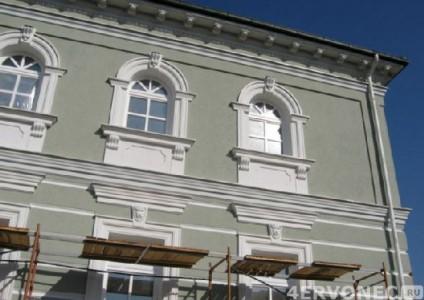 Оштукатуренный и покрашенный фасад здания