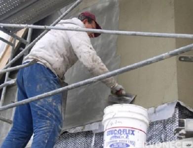Нанесение силикатной штукатурки на фасад здания
