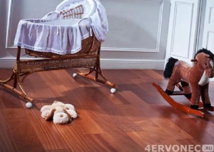 Лакированный пол из дерева в детской