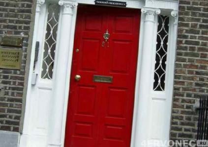 Наружная дверь с классической покраской