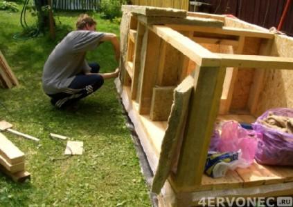 Промежуточная стадия строительства будки