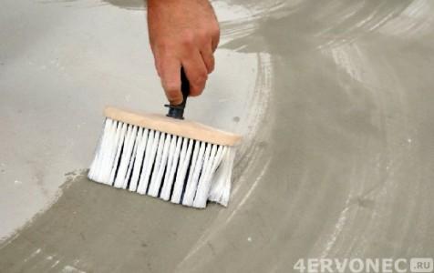 Нанесение щеткой силикатной грунтовки на бетонный пол