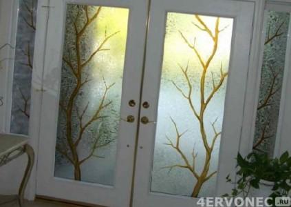 Рисунок на дверном стекле