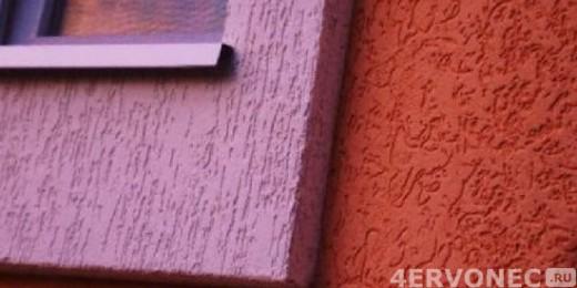 Стена с нанесенной разными способами эластичной фасадной штукатуркой