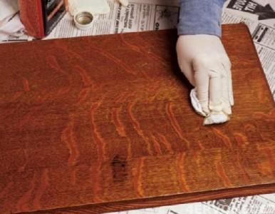Нанесение лака тампоном на древесину