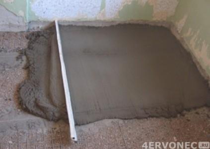 Заливка цементной стяжки по маякам и выравниванием правилом