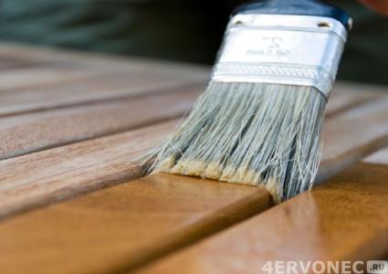 Нанесение лака кистью на деревянную поверхность