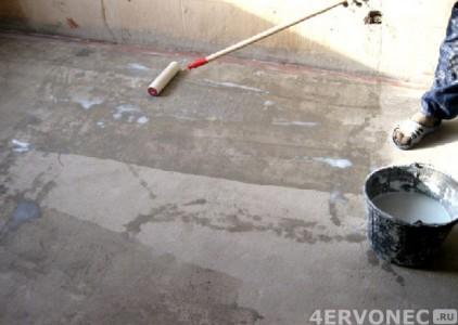 Раскатка валиком грунтовки по бетонному полу