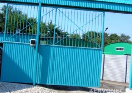 Серединная направляющая в конструкции ворот