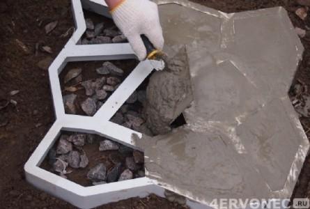 Заполнение формы плитки раствором