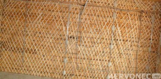 Деревянная стена после закрепления на ней дранки