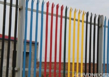 Забор с трезубцами на даче