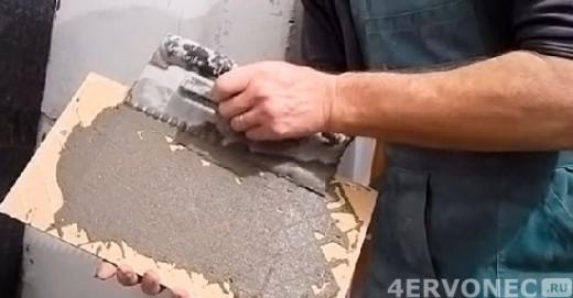 Наносим дополнительно слой клея на тыльную сторону плитки