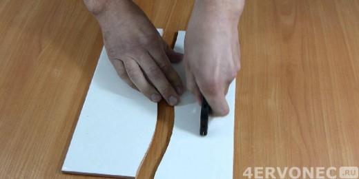 Процесс прирезки кафеля плиткорезом
