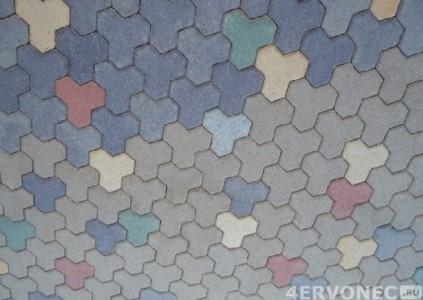 Дельта-плитки разных цветов, уложенные вразнобой