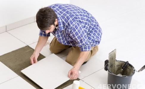 Процесс укладки плитки на пол в ванной