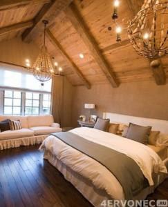 Обшивка потолка спальни вагонкой и грубыми балками