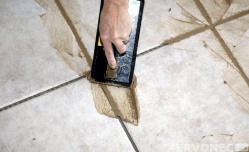 Нанесение затирочной смеси в швы между плитками