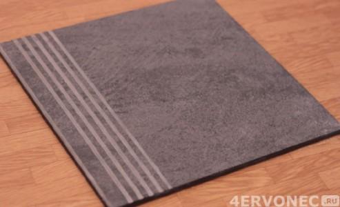 Противоскользящая плитка имеет насечки на поверхности