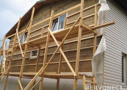 Строительные леса для монтажа обрешетки на высоких стенах