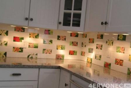 Облицовка фартука на кухне плиткой с цветочным орнаментом