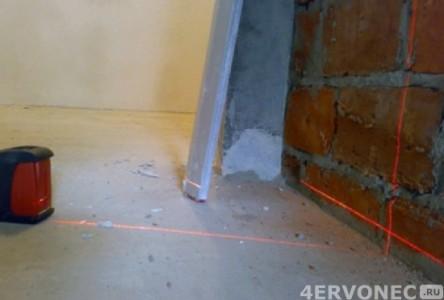 Проверка плоскости стен с помощью лазерного уровня