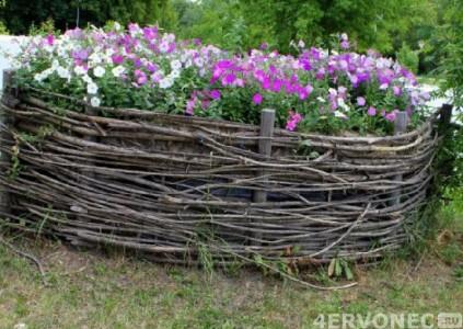 Клумба-плетень на даче