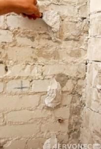 Размещение кусочков раствора на стене