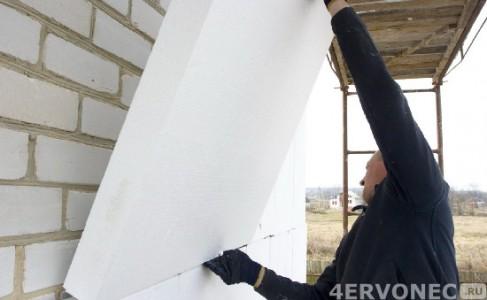 Монтаж плит пенополистирола на фасадные стены