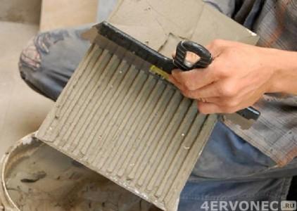 Нанесение клеевого состава на тыльную сторону плитки