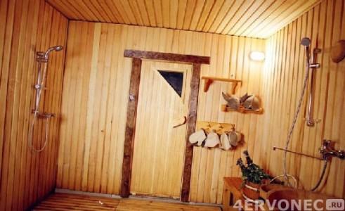 Деревянные решетки на полу в моечной