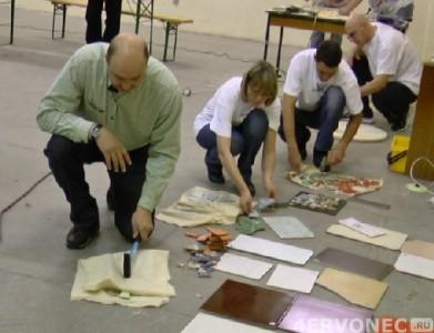 Раскалывание керамической плитки, завернутой в отрезы ткани