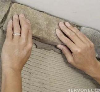 Камень выкладывается и прижимается