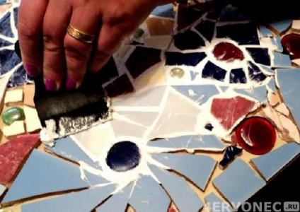 Нанесение затирки на уложенную мозаику