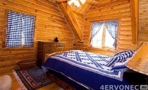 Стены спальни, оформленные блок-хаусом
