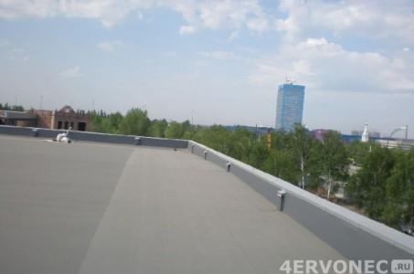 Кровельная мембрана-ПВХ на крыше городского здания