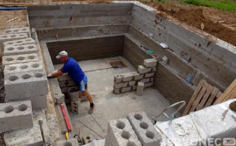 возведение стен погреба