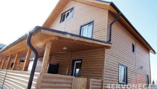 Дом с верандой, облицованный блок-хаусом