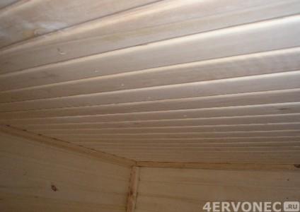 Потолок и стены обшиты вагонкой