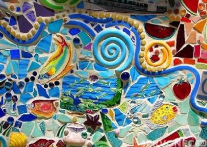 Яркая мозаика из всевозможных предметов