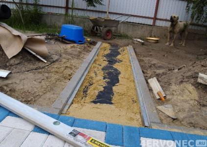 Засыпка песка на дно будущей дорожки