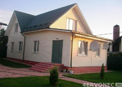 Фото дома со светлым сайдингом на фасаде