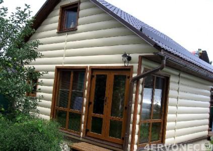 Фото дома с сайдингом под бревно светлых оттенков