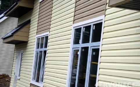 Фото фасада дома, обшитого сайдингом двух оттенков