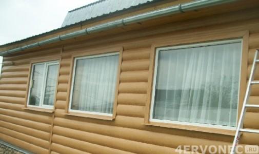 Фото дома, облицованного светлым металлическим сайдингом под бревно