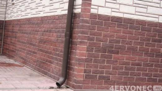 Цоколь расположен в одной плоскости со стеной